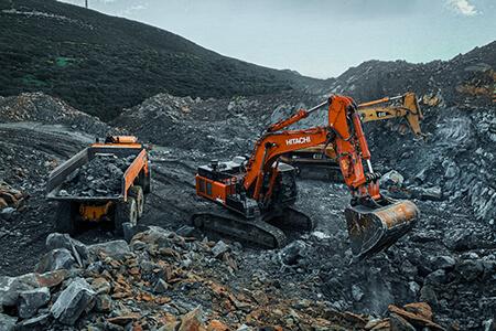 maquinaria pesada realizando excavaciones