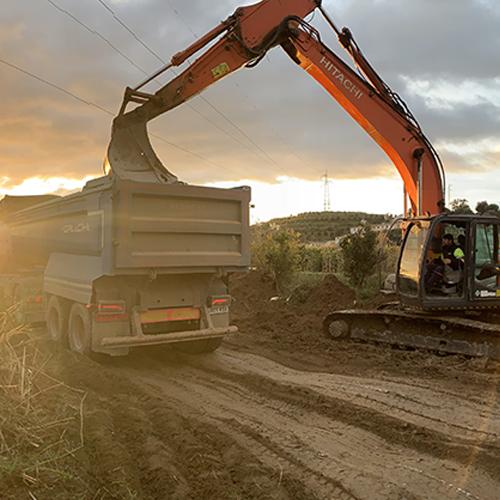 Excavadora cargando camión en Las Albercas