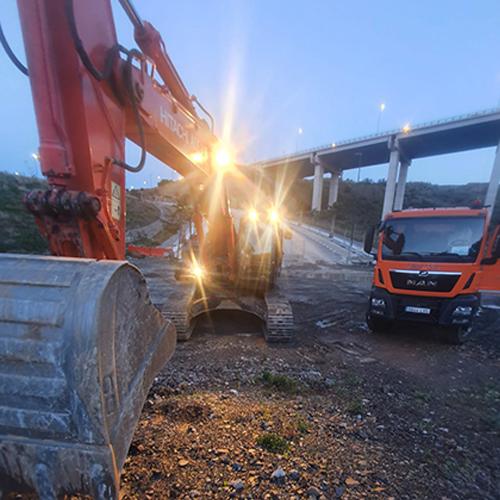 Excavadora y camión trabajando en el enlace de la MA20 en Benalmádena