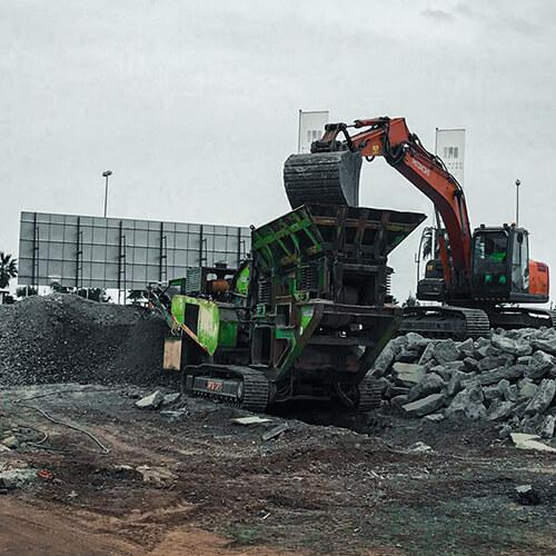 Excavadora y molino trabajando en la UMA