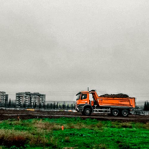 Camión transportando material en urbanización la chana en granada