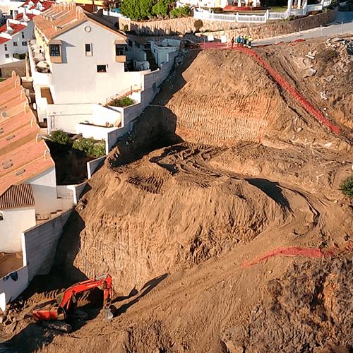 Excavadora trabajando en la obra del Limonar en Málaga