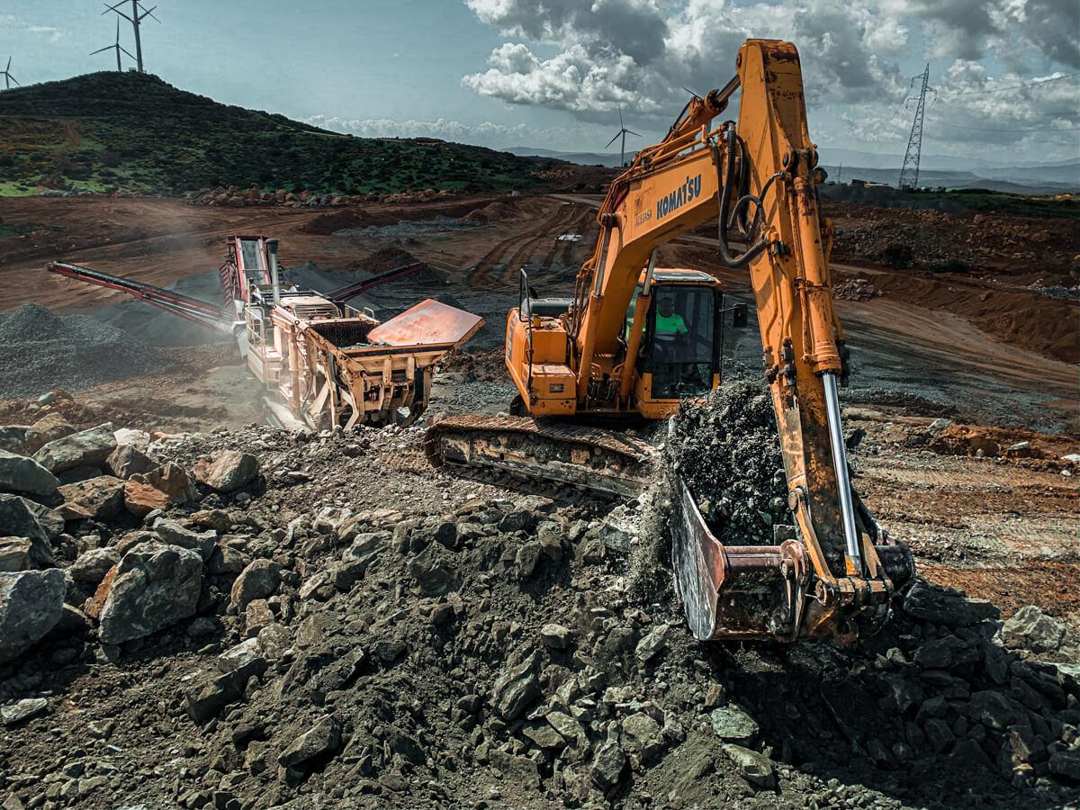 excavadora y molino trabajando en la cantera Albarrán